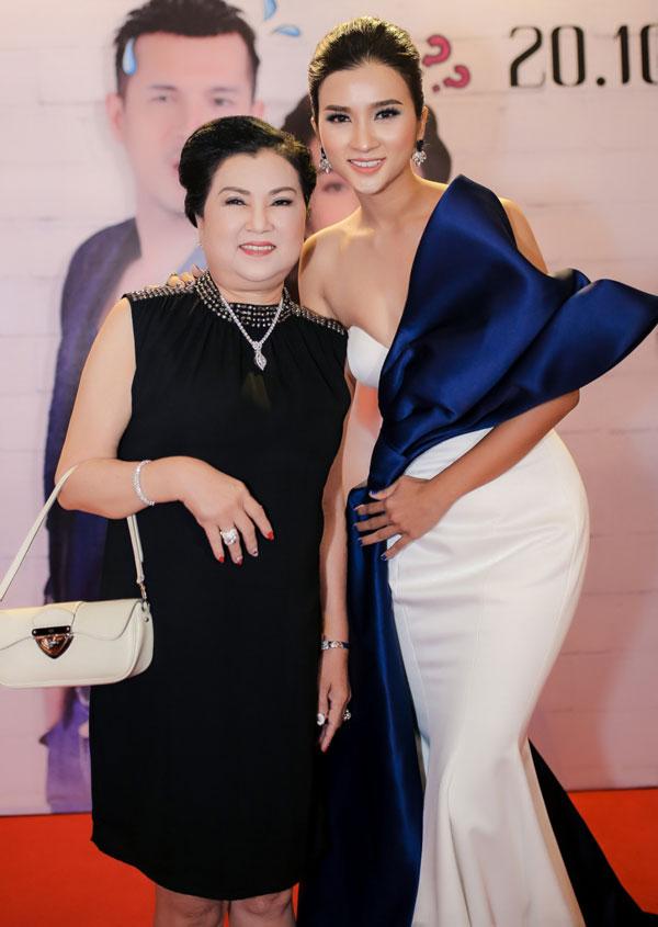 Kim Tuyến ngồi xế hộp 6 tỷ, cùng mẹ đi sự kiện