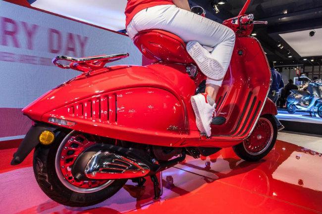 """Soi tận """"kẽ tóc"""" Vespa 946 RED đắt hơn Kia Morning ở Việt Nam"""