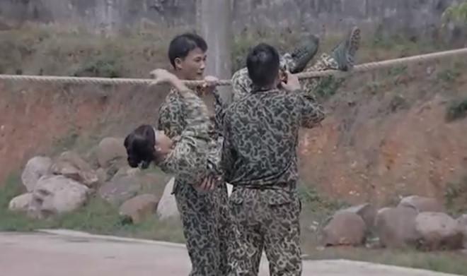 Mai Ngô bị cảm, nhờ đến sự thăm khám của quân y