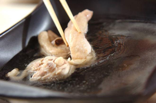 [Chế biến] - Cách nấu lẩu gà đậm đà, nóng hổi đãi chị em ngày 20/10