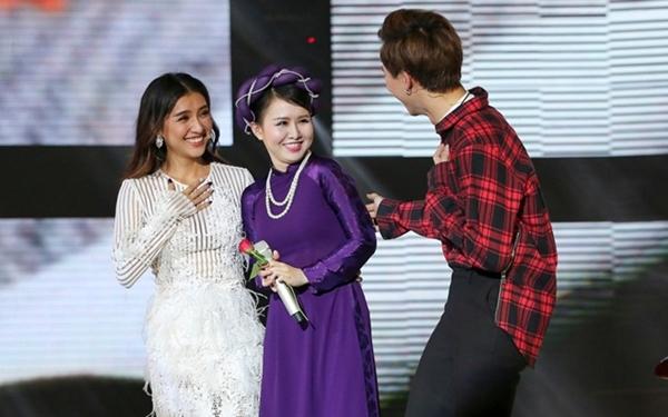 Hòa Minzy bất chấp hình tượng lao lên sân khấu tỏ tình với trai đẹp