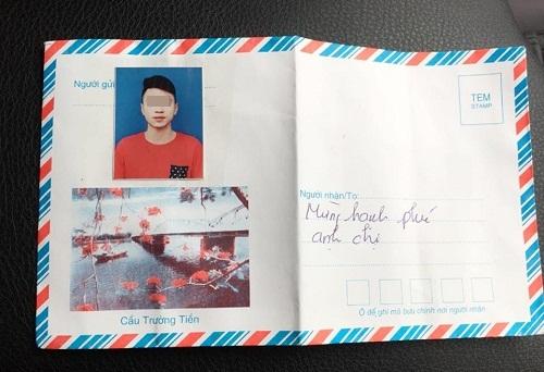 Dán ảnh thẻ lên phong bì mừng cưới để tránh nhầm lẫn