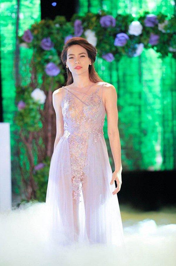 Hà Hồ lộ nguyên hình với váy trong suốt nhìn thấu khêu gợi
