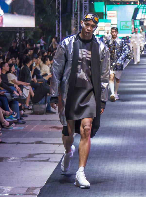 Vũ Mạnh Hiệp cùng dàn mẫu nam gây chú ý khi diện áo oversize lên sàn diễn