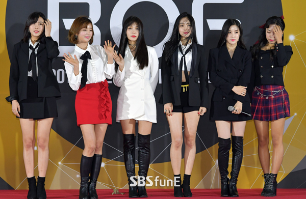 Thảm đỏ Busan: Quân đoàn mỹ nam hot nhất Kpop đổ bộ, nhưng mặt của Kim So Hyun và Naeun sao thế này?