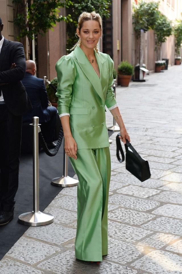Dakota Johnson mặc đẹp nhất tuần với đầm khoét ngực