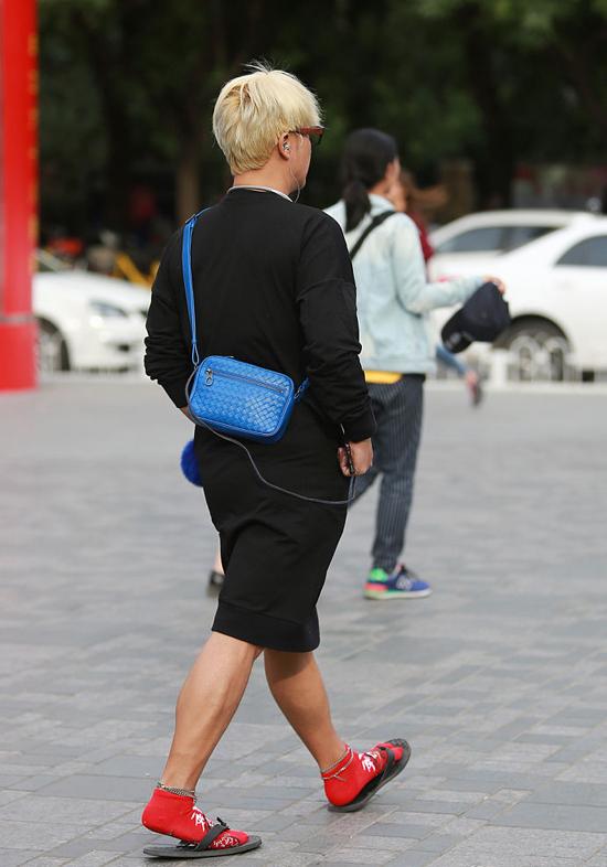 Trần Chí Bằng mặc váy, đi tất đỏ ra phố