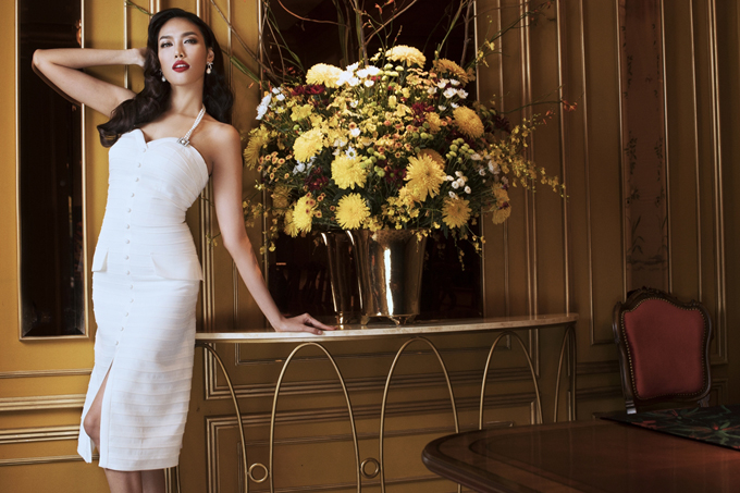 Lan Khuê hóa quý cô sang trọng với trang phục trắng đen