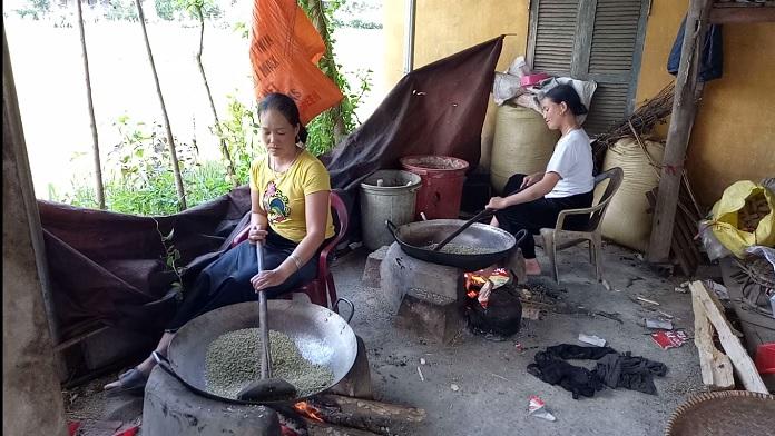 Thiếu nữ Thái kỳ công tạo nên đặc sản cốm Tú Lệ say lòng người