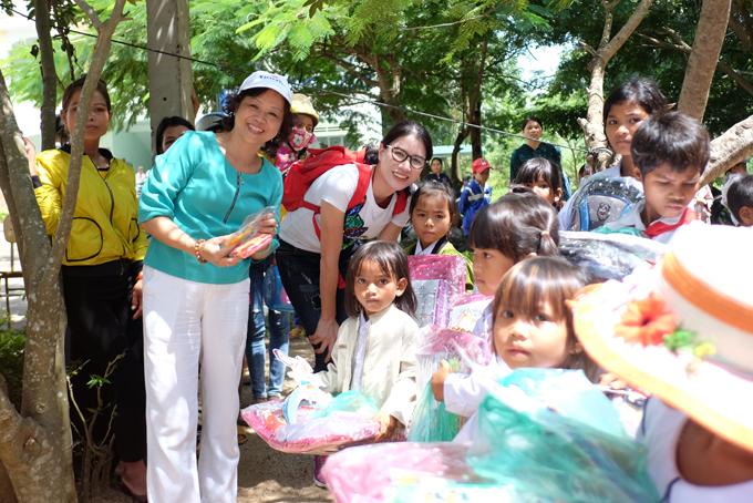 Trang Trần xúc động khi về Gia Lai tặng xe đạp và quà cho học trò nghèo