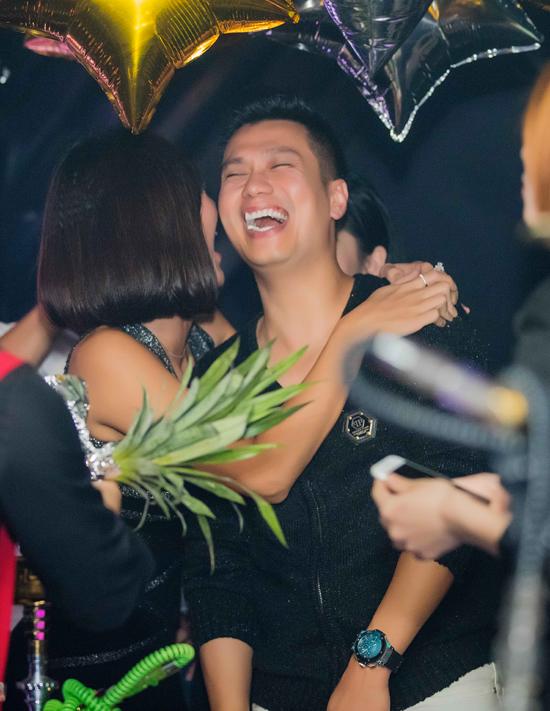 Việt Anh thân mật với hai bạn diễn phim Người phán xử trong quán bar