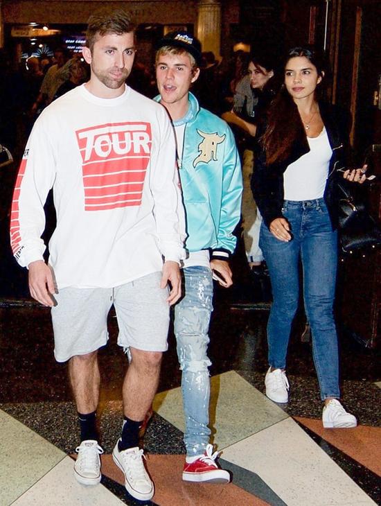 Justin Bieber chăm chỉ đi lễ nhà thờ cùng bạn gái tin đồn