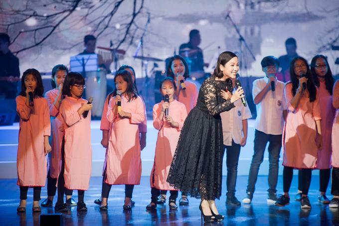 Sao Mai Thu Hằng và chị gái được mẹ tháp tùng khi chạy show