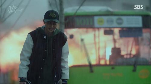 Siêu phẩm của Suzy và Lee Jong Suk vẫn mắc những lỗi ngớ ngẩn như thường
