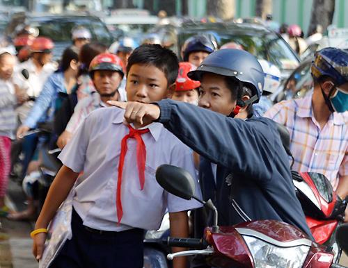Tránh kẹt xe, học sinh TP HCM tiếp tục học lệch giờ