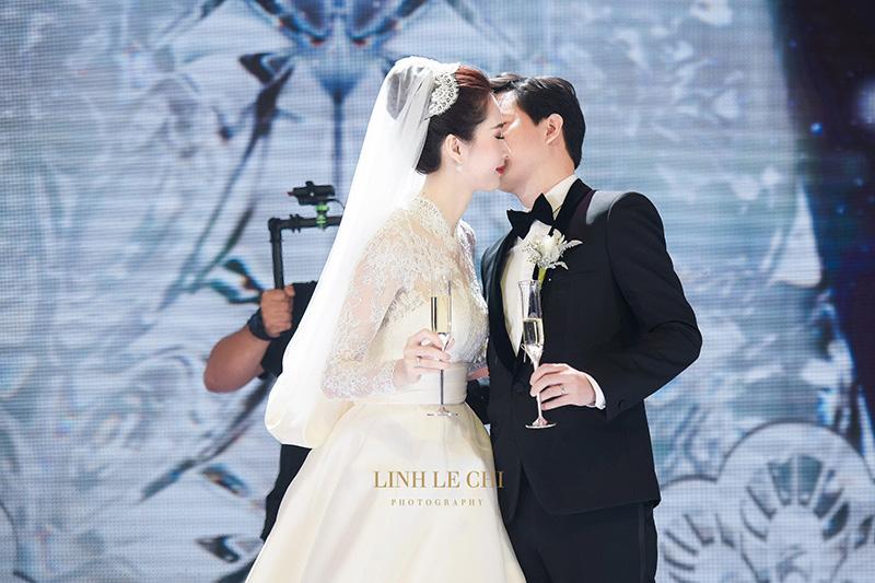 Váy cưới của Thu Thảo & vợ BTV Quang Minh giống của công nương xứ Monaco đến ngỡ ngàng