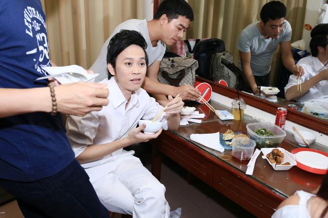 Bữa cơm của Hoài Linh trước giờ lên sân khấu: Không canh rau, chỉ cá khô và mắm