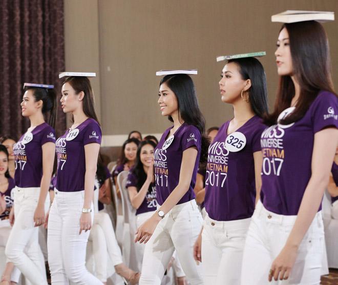 Cô gái có vòng ba 1 mét bĩu môi tỏ thái độ tại Hoa hậu Hoàn vũ