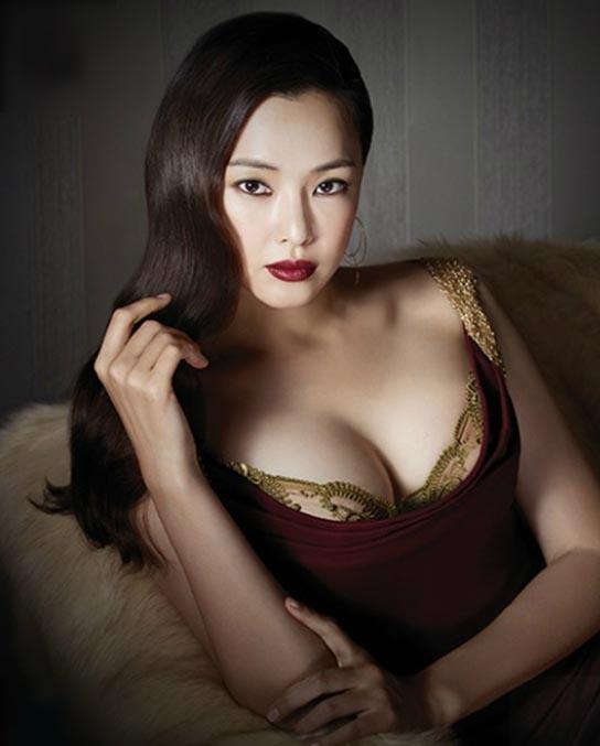 Hoa hậu quyến rũ nhất Hàn Quốc chuộng váy cắt xẻ