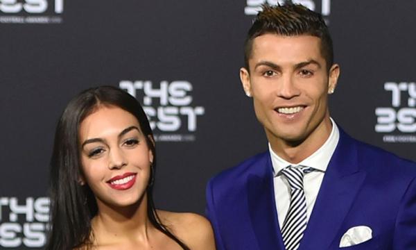 Ronaldo ghen lồng lộn vì cô bồ sexy nghiện chụp ảnh 'nóng' với bạn khác giới
