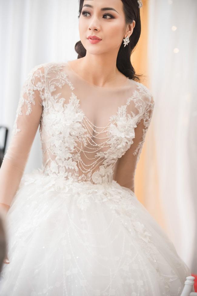 Hot girl Tuyệt tình cốc bạo dạn mặc váy xuyên thấu trong ngày cưới - Hình 2