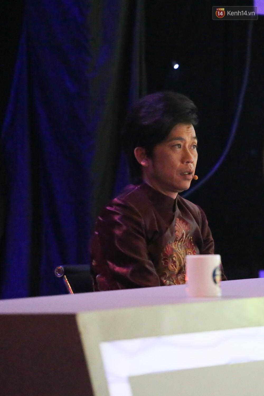 Hoài Linh trầm ngâm theo dõi Hoài Lâm biểu diễn sau tuyên bố lạnh nhạt với con trai