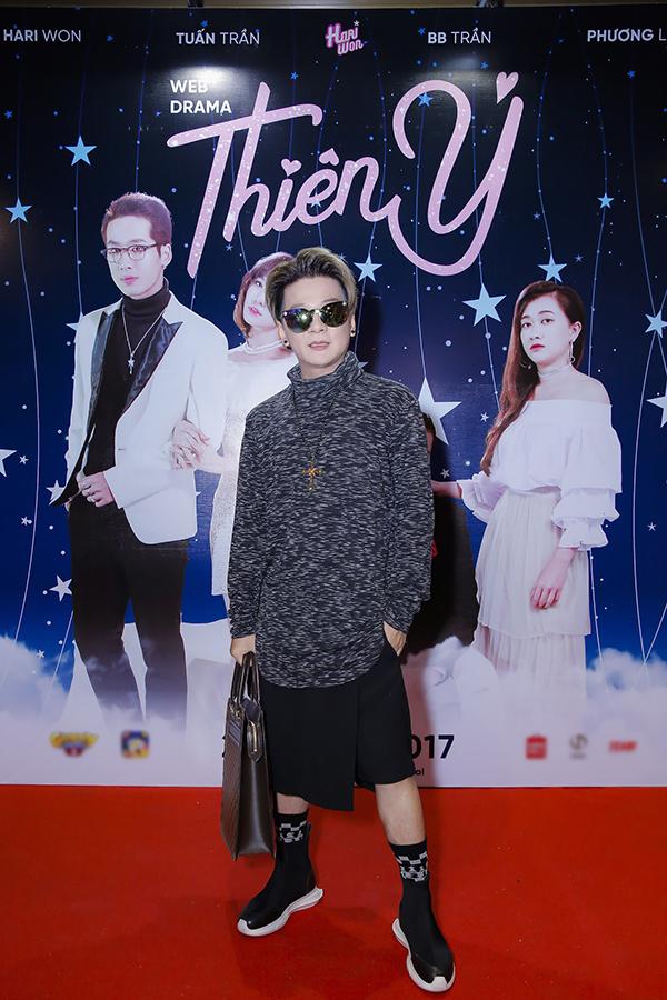 Trấn Thành vắng mặt, mẹ và em gái đến ủng hộ phim do Hari Won sản xuất