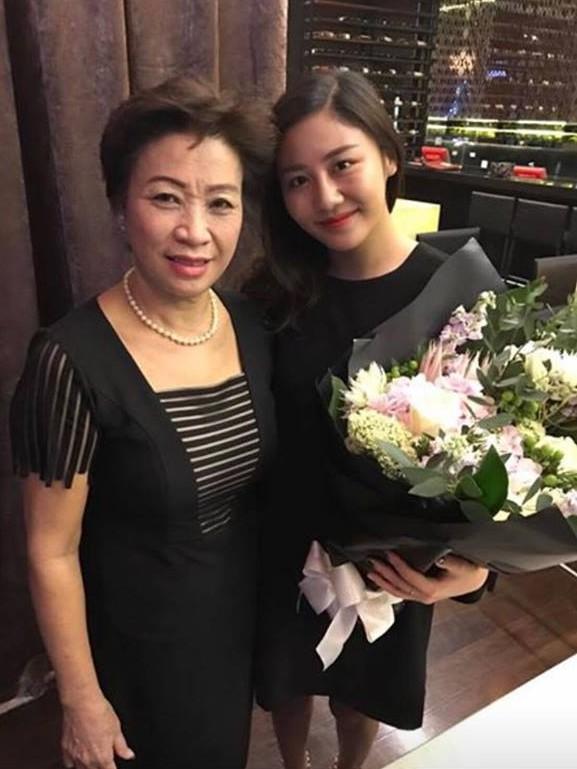 Xuất hiện hình ảnh bạn trai cũ của Văn Mai Hương đi ăn cùng Á hậu Tú Anh