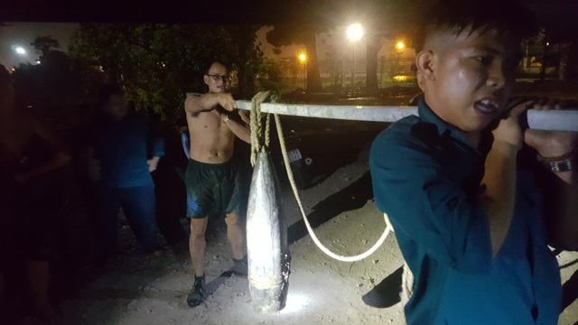 """Đi đánh cá, người dân phát hiện 2 quả đạn pháo """"khủng"""" dưới sông Đồng Nai"""