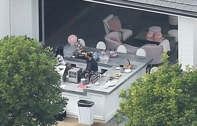 Kylie Jenner mở tiệc hồng trong biệt thự xác nhận sắp có con gái đầu lòng