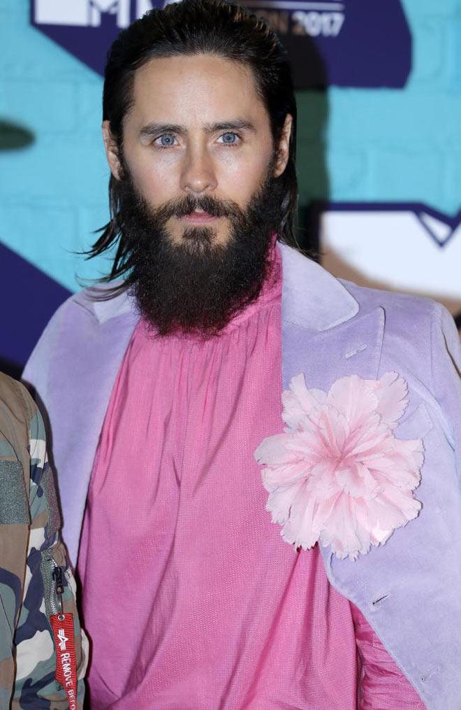 Người đẹp ngực trần, hở nội y vì quấn nguyên khăn tắm lên thảm đỏ
