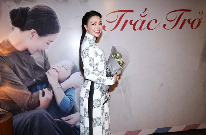 Phi Thanh Vân chăm sóc Trà Ngọc Hằng trong sự kiện