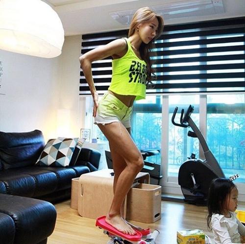 """Bao anh """"suy tim"""" vì rãnh bụng sâu hun hút của bà mẹ hai con Hàn Quốc"""
