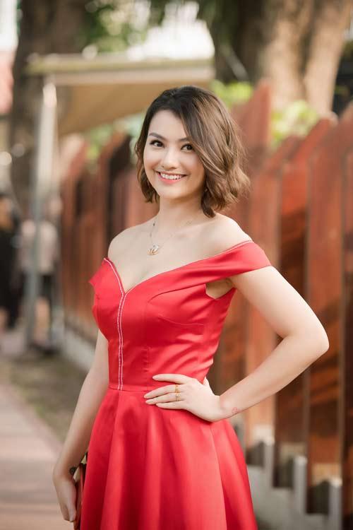Hồng Quế đẹp mặn mà với váy trễ nải, Quỳnh Nga táo bạo diện đầm mỏng manh