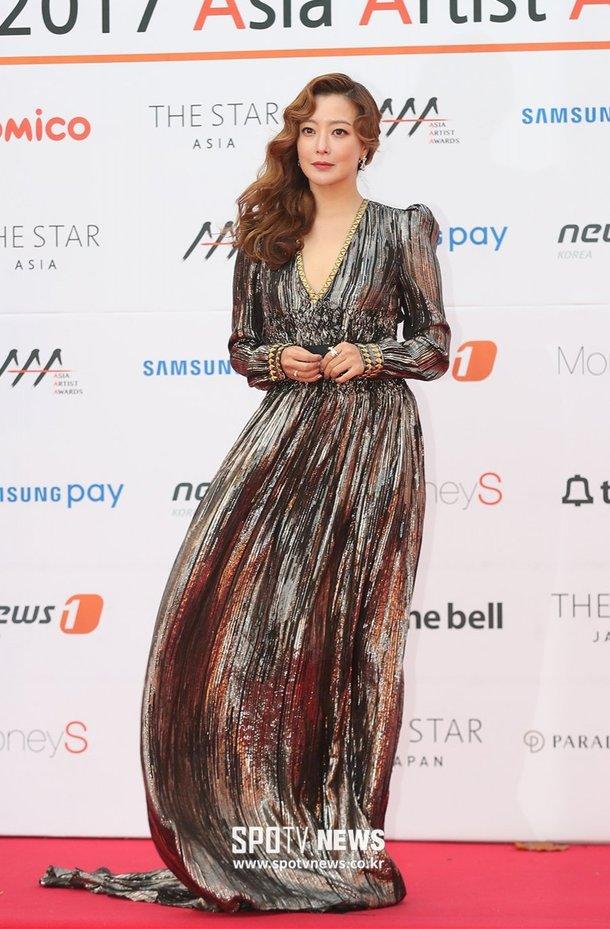 Kim Hee Sun khoe sắc trên thảm đỏ Asian Artist Awards