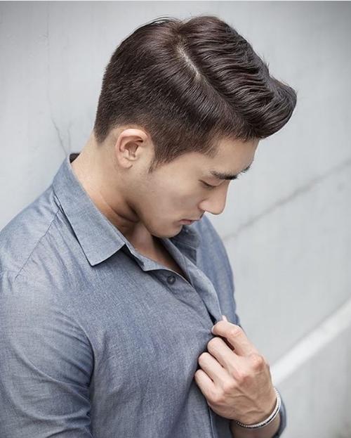 Lác mắt với cơ bắp cuồn cuộn của thầy giáo quyến rũ nhất Hàn Quốc