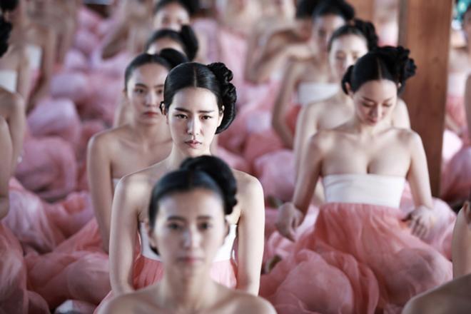 Phim Hàn cũng gây tranh cãi vì hanbok hở nửa ngực
