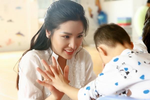 Trước giờ 'chinh chiến' ở Hoa hậu Siêu quốc gia, Khánh Phương vẫn tất bật với công tác thiện nguyện