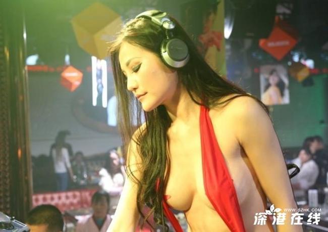 Nữ DJ 17 tuổi mặc như không biểu diễn ở quán bar ngày càng bốc lửa