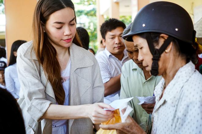 Hồ Ngọc Hà cùng mẹ về miền Trung hỗ trợ bà con sau bão Damrey