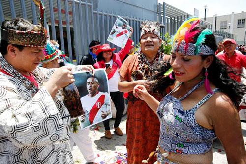Người đẹp lột đồ mừng Peru có vé dự World Cup