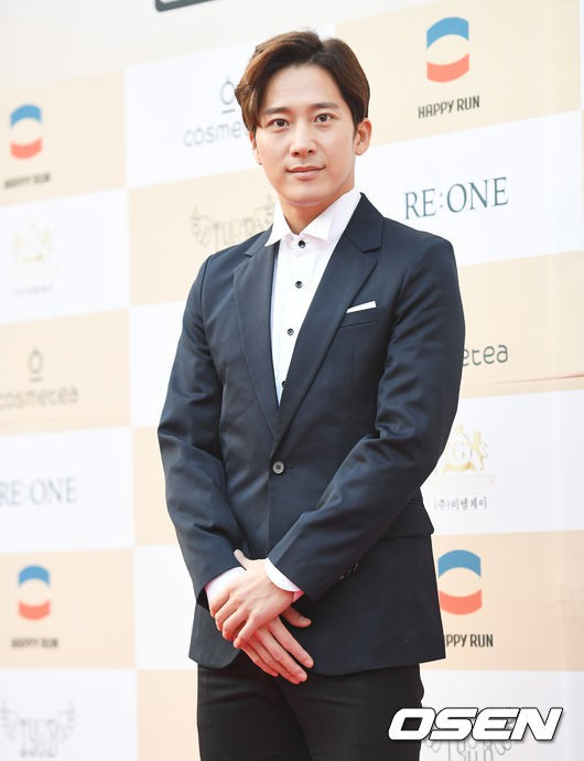 Thảm đỏ Liên hoan phim: Em trai Kim Tae Hee tái xuất, Phạm Băng Băng Hàn Quốc diện đầm khó hiểu bên Eunjung