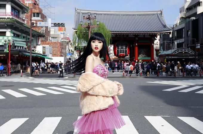 Jessica Minh Anh diễn thời trang trên đường phố Nhật Bản