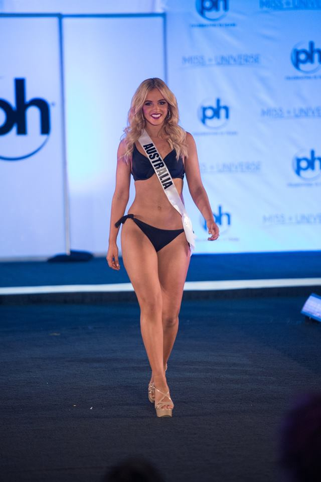 Giữa nước Mỹ tráng lệ, thí sinh Hoa hậu Hoàn vũ thi bikini ở sân khấu bị chê cùi bắp