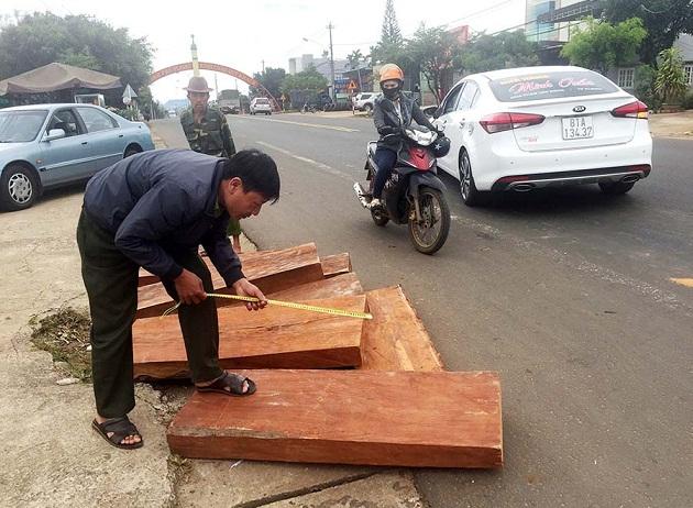 Tài xế vứt gỗ quý ngổn ngang giữa phố rồi lái xe tẩu thoát