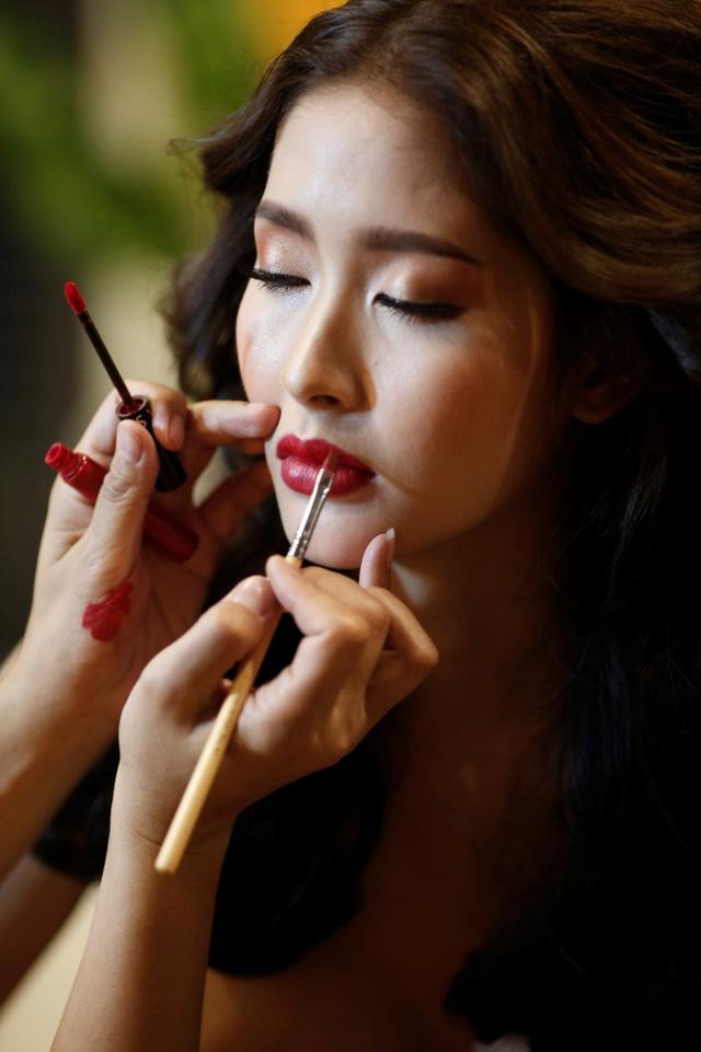 Á hậu chuyển giới Thái Lan nóng bỏng trong bộ lịch bikini chụp tại VN