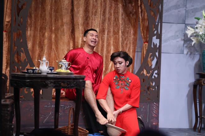 Tự Long làm hoa hậu Biển, Trấn Thành rửa chân cho trai đẹp