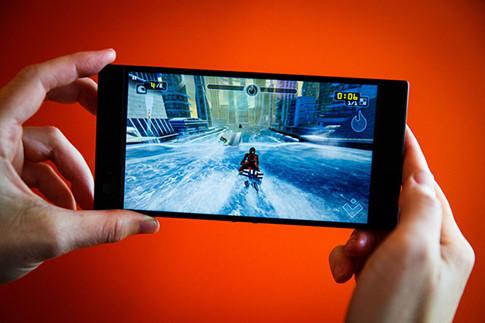 Razer Phone trình làng với màn hình siêu mượt, loa mạnh mẽ