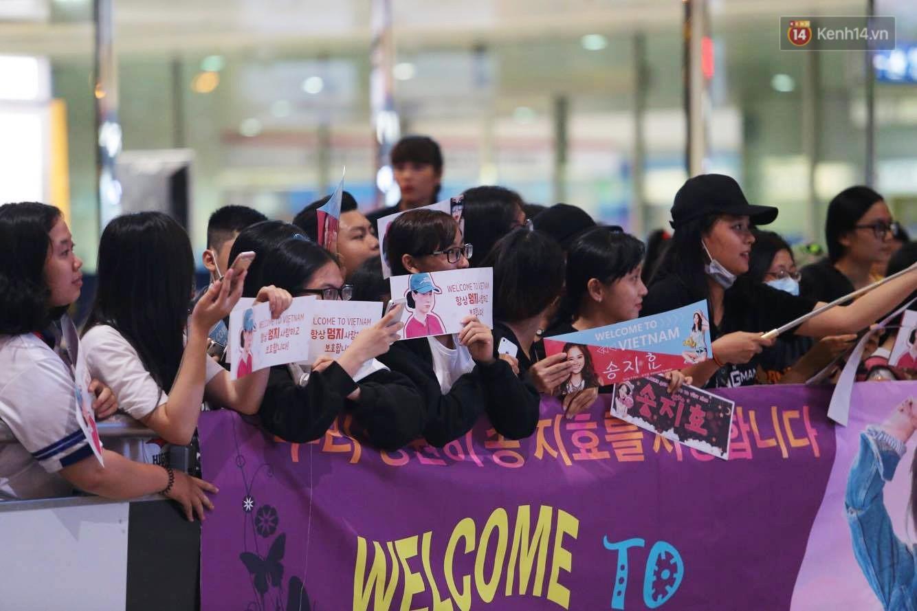 Cập nhật: Fan Việt tập trung đông với băng rôn, chờ mợ ngố Song Ji Hyo xuất hiện tại sân bay Tân Sơn Nhất - Hình 2