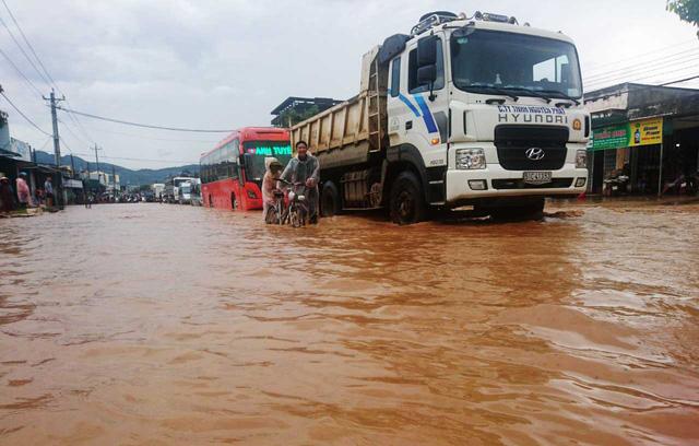 Quốc lộ ngập sâu sau trận mưa lớn - Hình 1